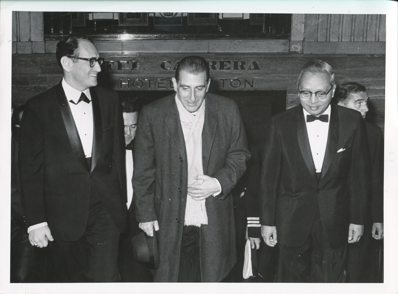 U Thant y Eduardo Frei Montalva saliendo del Hotel Carrera 754c46a8f87c